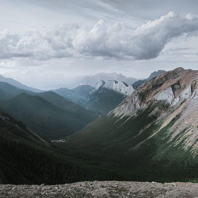La vue impressionnante du parc national de Jasper à l'arrivée du Sulphur skyline trail