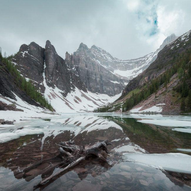 Le lac Agnès qui domine le lac Louise, est encore gelé en juin