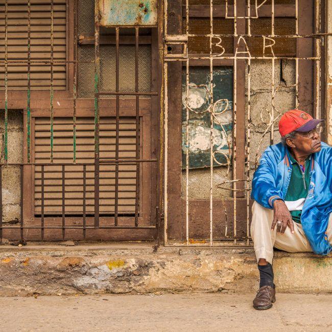 Un homme attend dans la rue