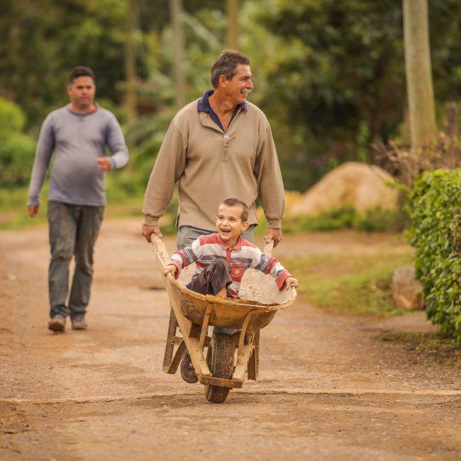 Un père rentre du travail avec son fils