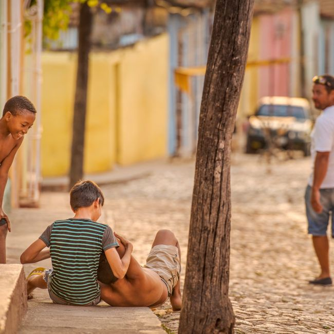 Des jeunes jouent dans la rue