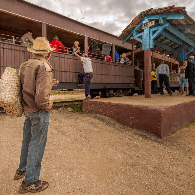 Un homme attend le départ du train