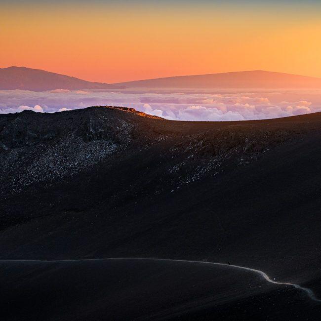 Coucher de soleil sur le Mauna Kea (gauche) et le Mauna Loa depuis le volcan Haleakalā (Hawaii)
