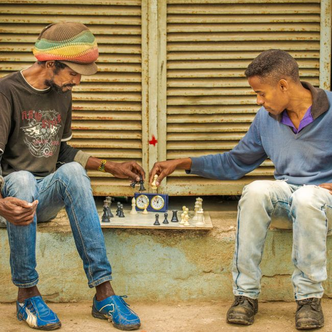 Deux jeunes jouent aux échecs dans la rue