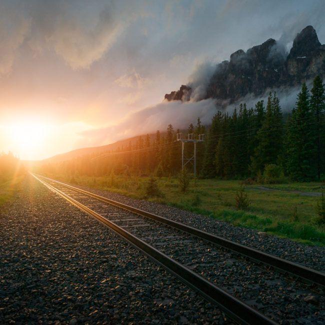 Coucher de soleil sur les rails aux pieds de Castle mountain (Banff)