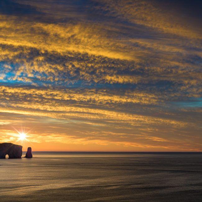 Lever de soleil sur le majestueux rocher Percé
