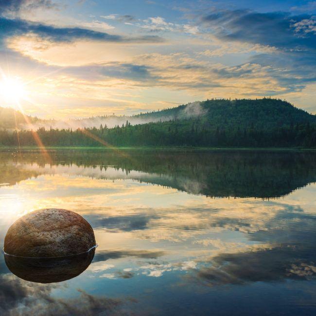 Coucher de soleil sur les berges du lac dans le parc national de la Mauricie (Québec)